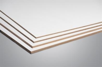 Meerlaags multiplex door en door okoumé van superieure kwaliteit. Deze plaat is direct schilderklaar. Daartoe heeft de plaat aan beide zijden een lichtgrijze, met hars geïmpregneerde, warm geperste laag. TOEPASSINGSGEBIEDEN Supergarant paint wordt gebruikt voor buitenbekleding. Het is geschikt voor bijvoorbeeld schilderbare boeiboorden. De geïmpregneerde laag aan de 2 zijden van Supergarant paint zorgt voor tijdbesparing en voorkomt vervorming/buiging. Deze platen zijn verkrijgbaar in de diktes: 10, 12, 15 en 18mm. Er wordt 30 jaar garantie verleend op deze plaat.