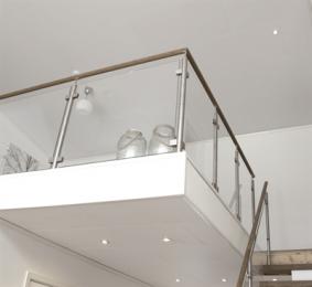 De Maripan panelen hebben een speciale vochtwerende kernplaat en zijn daarmee toe te passen als plafondbekleding in vochtige ruimtes. Alle panelen zijn doorkoppelbaar door de 4 zijdige afwerking. De hoogwaardige decorfolie op de panelen is speciaal verlijmd met PU waarmee aantasting door te hoge temperaturen en vocht verleden tijd is. De collectie van decoren maakt een keuze voor eenieder mogelijk en brengt het interieur warmte en sfeer.
