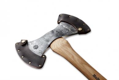 Dit type bijl met twee snijkanten werd vroeger gebruikt door houthakker die ten alle tijden een scherpe bijl bij de hand wilden hebben. Ze gebruikten een kant voor het ruwe werk en de andere kant werd voorzichtiger gebruikt. Tegenwoordig wordt de werpbijl vooral gebruikt bij werpwedstrijden onder enthousiastelingen. De bijl is met de hand gesmeed van Zweeds kwaliteitsstaal in de smederij in Hults Bruk waar de smidstraditie terug gaat tot het jaar 1697. De bijl is vernoemd naar Bo Wetterhall, de man die langer dan ieder ander in dienst was bij Hults Bruk. Onderhoud je bijl met aandacht en hij zal je vele jaren vergezellen. Dankzij de kwaliteit en het vakmanschap van deze bijl, bieden we je een levenslange garantie op de bijlkop.