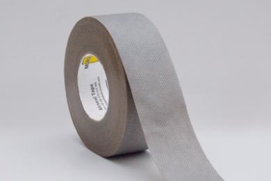 MorgoAirseal Gray Tape is een waterkerende, enkelvoudig klevende tape. De tape is opgebouwd uit twee lagen polypropyleen, met daartussen een High Breathable Film (HBF). De acryllaten lijmlaag zorgt voor uitstekende hechting op nagenoeg alle ondergronden. MorgoAirseal Gray Tape beschikt met een W1 classificatie over uitmuntende waterkerende eigenschappen. De tape wordt veelvuldig toegepast in combinatie met MorgoVent folies, waarbij het zorg draagt voor een uitstekende, lucht- en waterdichte afdichting bij overlappingen en verbindingen. MorgoAirseal Gray Tape is overschilderbaar en overstucbaar. Voor optimale hechting altijd MorgoAirseal Primer gebruiken. Verwerkingsvoorschriften De te verwerken materialen dienen stof- en vetvrij te zijn. De ondergrond moet droog en voldoende hard zijn om de tape te kunnen aandrukken. Des te harder je de tape kunt aandrukken, des te beter is de hechting. MorgoAirseal Tape is om afdichtingen te creëren, niet om verbindingen aan elkaar te verkleven waar krachten op worden uitgeoefend. De MorgoAirseal Tape heeft een 100% acrylaat kleeflaag en is extreem verouderings bestendig. Op houtderivaatplaten altijd een primer gebruiken. Voor gegarandeerd goede resultaten, altijd een primer toe te passen.Voor een goede kleefkracht is een overlap van 30mm noodzakelijk. Kenmerken Waterkerend Luchtdicht Temperatuurbestendigheid -40°C   +80°C Toepassing Afdichtings- en reparatietape voor binnen én buiten. Ook geschikt tijdens open fase