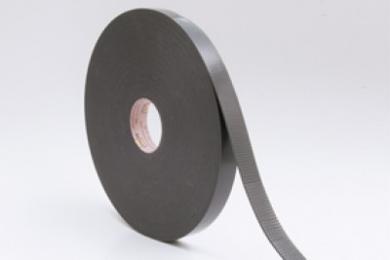 Morgo Tengelband zorgt voor een waterkerende en luchtdichte afdichting bij het bevestigen van tengels op folie. Door toepassing van de UV-gestabiliseerde, uit polyethyleenschuim opgebouwde cellenband staan de tengels niet rechtstreeks in contact met de folie, waardoor eventuele schadelijke chemicaliën en zuren, uit toegepaste (verduurzaamde) houtsoorten de folie niet kunnen aantasten. MorgoTengelband zorgt er daarnaast voor dat schroef- en nietgaten naadloos worden afgedicht. Het band is vanwege de zelfklevende, synthetische rubberen lijmlaag eenvoudig te bevestigen. Kenmerken Waterkerend UV-Gestabiliseerd Zelfklevend Temperatuurbestendigheid -30°C   +70°C Toepassing Achter verticaal of horizontaal tengelhout, voorkomt indringen van water in achterliggende constructie en inwerking van zuren en chemicaliën uit toegepaste houten tengels in de voorliggende Morgo folie.