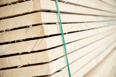 Nieuw of gebruikt? Gebruikte steigerdelen komen van de bouwplaats en zijn dus al in gebruik geweest. Ze hebben op de bouwplaats op de steiger gelegen en er is overheen gelopen. Een enkele keer zit er ook een spijker of een schroef in. Wanneer de delen gebruikt zijn tijdens het voegen of stukadoren zit er soms nog resten cement of stucwerk op. Dit zorgt voor de specifieke uitstraling van de planken. Doordat er een ware hype is ontstaan in meubelen van gebruikt steigerhout, zijn deze planken schaarser dan nieuwe en daardoor is de prijs ook wat hoger. Nieuwe steigerdelen worden uit vers (vaak Midden Europees) hout gezaagd. Daarna worden de delen al dan niet gekramd of geband. Dat betekend dat er een metalen kramplaatje op de uiteinden van deze planken wordt geslagen. Soms zie je ook een bandje op de kopse kanten van de planken. Deze planken zijn dus nieuw en hebben een geel achtige kleur. Omdat deze planken vers gezaagd zijn, is het vochtpercentage vaak een stuk hoger. Nat of droog Wanneer de steigerdelen daadwerkelijk worden gebruikt om op een steiger te leggen hoeven deze niet te drogen. Ze blijven buiten recht en goed. Wanneer deze planken worden gebruikt om meubels van te maken is het belangrijk om ze goed te laten drogen. Dit komt door het hoge vochtgehalte van het vers gezaagde hout en omdat de delen buiten of in de opslagloods hebben gelegen. Door het drogen kunnen (kleine) scheurtjes in het hout trekken en de planken kunnen wat krom trekken. Hout werkt, dus dit is echt van belang. Wil je liever voor een minder natte plank kiezen, dan is er de mogelijkheid om voor een Noord Europese vuren plank in dezelfde afmeting te kiezen. Deze heeft een lager vochtigheidsgehalte. Na het verwerken kun je er voor kiezen om deze planken met een white of grey wash af te werken. OP deze manier kun je de steigerlook goed nabootsen. Droogtijd Om nieuwe of gebruikte steigerdelen voor binnen meubels te gebruiken kun je de planken het beste ca. 2-3 weken goed laten drogen. Als de plan