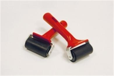 Morgo Aandrukrollen worden met name gebruikt voor het narollen van verlijmde overlappingen en bij het gebruik van tape. Het narollen zorgt voor een optimale verdeling van de kleeflaag, waardoor een betere, kierloze hechting wordt gerealiseerd.