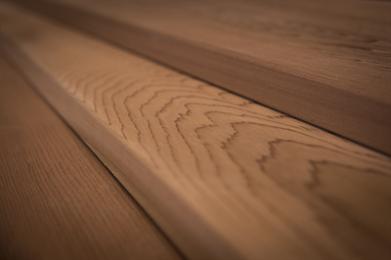 Cedar is een zeer stabiele houtsoort. Die je heel makkelijk kunt bewerken. Western Red Cedar verkleurt prachtig grijs onder invloed van zon licht. Western Red Cedar is een houtsoort die zeer weinig onderhoud vereist. En is daarom geschikt voor diverse buiten toepassingen zoals gevel bekleding en boeidelen.