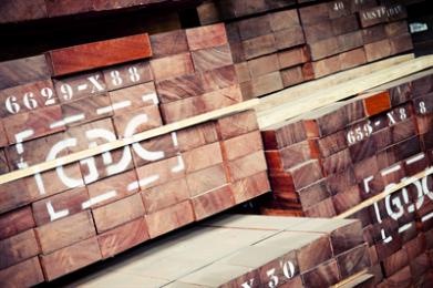 """SAPELI Sapeli wordt zowel massief als in de vorm van fineer en triplex toegepast voor meubelen, binnenbetimmeringen, piano- en orgelbouw en andere muziekinstrumenten, betimmeringen voor jachten, kozijnen, traptreden en trapbomen (bij voorkeur kwartiers gezaagd) en ook voor parketvloeren. Sapeli-fineer wordt in grote hoeveelheden gebruikt voor de bekleding van binnendeuren. Vooral zeer regelmatig gegroeide stammen zijn hiervoor gezocht en als het fineer hiervan kwartiers wordt gesneden, ontstaat een fraaie """"pencil stripe"""" tekening. Deze tekening, zeer gelijkmatige banen ter breedte van een potlood, wordt veroorzaakt door de kruisdraad. Bij kwartiergezaagd hout wordt de boomstam eerst in 4 kwarten gezaagd welke vervolgens tot planken worden verzaagd. De groeiringen zijn dan zichtbaar als strepen. De manier van zagen heeft ook invloed op het werken van hout, met name het krimpen en zwellen. Bij zuiver kwartiergezaagd hout verloopt dit voornamelijk in de breedte en kromtrekken valt niet op. Sapeli is zowel machinaal als met handgereedschappen goed te bewerken. Door de kruisdraad is bij schaven en frezen een kleine snijhoek wenselijk om uitspringende vezels te voorkomen. Laat zich goed tot fineer snijden en schillen."""
