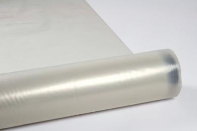 ProFol L is een gewapende polyethyleenfolie opgebouwd uit 3 lagen. De beide buitenste lagen bestaan uit een polyethyleen folie en hiertussen wordt een polyethyleen wapening via het zogeheten Hot-melt systeem ingesmolten. De folieis waterdicht, UV-stabiel een beschikt dankzij de interne wapening over uitstekende mechanische eigenschappen. ProFol L weegt 90 gram per m² enwordttoegepast voor zeer veel doeleinden, zoals tijdelijke afdekking of afdichting van kozijnen in de bouwfase, maar ook als dampscherm of onder betonvloeren. Materiaal Drager: Hoogwaardig LDPE Wapening: HDPE Gewicht Ca. 90 g/m² Kenmerken Dampremmer (Hoge dichtheid) Waterdicht UV-gestabiliseerd Rek bij breuk (12311-1) Lengte: 15% Breedte: 15% Waterdampdoorlaatbaarheid (EN-ISO 12572/C) Sd: 35m Temperatuurbestendigheid -40°C | +80°C Toepassing Tijdelijke afscherming kozijnen tijdens bouwfase Dampscherm
