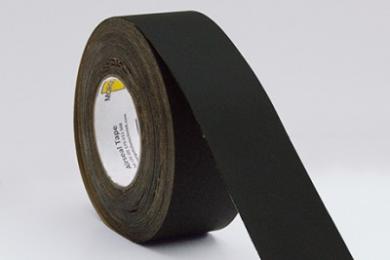 MorgoAirseal Black Tape is een UV-stabiele, waterkerende, enkelzijdig klevende tape. De tape is opgebouwd uit een polyester basisvlies met een acrylaat lijmlaag. Deze lijmlaag zorgt voor uitstekende hechting op nagenoeg alle ondergronden. De bijzondere waterkerende en UV-stabiele eigenschappen zorgen ervoor dat MorgoAirseal Black Tape kan worden toegepast in gevels, bijvoorbeeld in combinatie met folies van Morgo Folietechniek. Hierbij zorgt de tape voor en betrouwbare lucht- en waterdichte afdichting bij overlappingen en verbindingen. Verwerkingsvoorschriften De te verwerken materialen dienen stof- en vetvrij te zijn. De ondergrond moet droog en voldoende hard zijn om de tape te kunnen aandrukken. Des te harder je de tape kunt aandrukken, des te beter is de hechting. MorgoAirseal Tape is om afdichtingen te creëren, niet om verbindingen aan elkaar te verkleven waar krachten op worden uitgeoefend. De MorgoAirseal Tape heeft een 100% acrylaat kleeflaag en is extreem verouderings bestendig. Op houtderivaatplaten altijd een primer gebruiken. Voor gegarandeerd goede resultaten, altijd een primer toe te passen.Voor een goede kleefkracht is een overlap van 30mm noodzakelijk. Kenmerken Waterkerend Luchtdicht UV-Gestabiliseerd Temperatuurbestendigheid -40°C | +80°C Toepassing Afdichtingstape voor binnen en buiten, ook geschikt tijdens open fase.