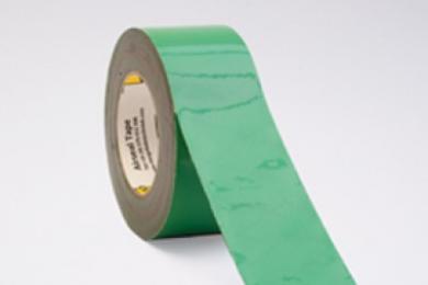 MorgoAirseal Green Tape is uitermate geschikt voor het luchtdicht afdichten van verbindingen en overgangen tussen bijvoorbeeld folies, plaatmateriaal en kozijnen. De groene, enkelzijdig klevende tape is vervaardigd uit recyclebare LDPE folie, met een dispersie lijmlaag op basis van polyacrylaat. De interne wapening van de tape zorgt voor extra stevigheid. In combinatie met de hoge elasticiteit, eigenschappen die garanderen dat de tape zowel tijdens als na het bevestigingen ervan niet scheurt. bovendien is MorgoAirseal Green Tape uitstekend bestand tegen condenswater en zorgt het voor een duurzame, effectieve luchtdichte afdichting. Voor optimale hechting MorgoAirseal Primer gebruiken. Verwerkingsvoorschriften De te verwerken materialen dienen stof- en vetvrij te zijn. De ondergrond moet droog en voldoende hard zijn om de tape te kunnen aandrukken. Des te harder je de tape kunt aandrukken, des te beter is de hechting. MorgoAirseal Tape is om afdichtingen te creëren, niet om verbindingen aan elkaar te verkleven waar krachten op worden uitgeoefend. De MorgoAirseal Tape heeft een 100% acrylaat kleeflaag en is extreem verouderings bestendig. Op houtderivaatplaten altijd een primer gebruiken. Voor gegarandeerd goede resultaten, altijd een primer toe te passen.Voor een goede kleefkracht is een overlap van 30mm noodzakelijk. Kenmerken Luchtdicht Interne wapening Scheurbaar Temperatuurbestendigheid -40°C | +80°C Toepassing Afdichtingstape voor binnen