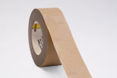 zorgt voor uitstekende, luchtdichte en kierloze afdichting bij onder meer overlappingen en kieren. De blanke, enkelzijdige tape is opgebouwd uit transparante LDPE film met wapening en heeft een acrylaat lijmlaag die uitstekend hecht op onder meer folie, hout en kunststof. MorgoAirseal Transparant kan gemakkelijk worden afgesneden waardoor verwerking en bevestiging heel eenvoudig is. Dit vormt, in combinatie met de hechtende eigenschappen, garantie voor een snelle en naadloze afdichting. Verwerkingsvoorschriften De te verwerken materialen dienen stof- en vetvrij te zijn. De ondergrond moet droog en voldoende hard zijn om de tape te kunnen aandrukken. Des te harder je de tape kunt aandrukken, des te beter is de hechting. MorgoAirseal Tape is om afdichtingen te creëren, niet om verbindingen aan elkaar te verkleven waar krachten op worden uitgeoefend. De MorgoAirseal Tape heeft een 100% acrylaat kleeflaag en is extreem verouderings bestendig. Op houtderivaatplaten altijd een primer gebruiken. Voor gegarandeerd goede resultaten, altijd een primer toe te passen.Voor een goede kleefkracht is een overlap van 30mm noodzakelijk. Kenmerken Luchtdicht Temperatuurbestendigheid -40°C | +80°C Toepassing Afdichtingstape voor binnen