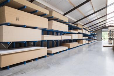 Hardboard voorzien van een fabrieksmatig aangebrachte watergedragen mat witte laklaag. De plaat kan als afgewerkt product worden gebruikt in vele toepassingen.