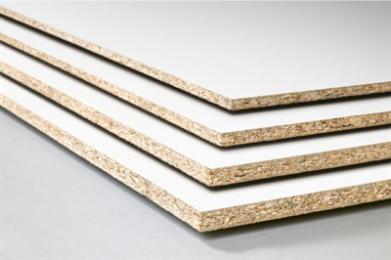 Spaanplaat wordt voornamelijk gebruikt in de meubelindustrie en in de woning- en utiliteitsbouw. Spaanplaat komt in de bouw overwegend voor als wandbekledings-, egalisatie- en constructieplaat, maar deze plaat is ook geschikt als niet-dragende scheidingswand. De randen van de in het zicht komende spaanplaat moeten ter voorkoming van vochtopname goed worden afgewerkt. In de meubelindustrie gebeurd dat meestal met houten lijsten, fineer of kunststofband. Deze spaanplaat is wit geplastificeerd.
