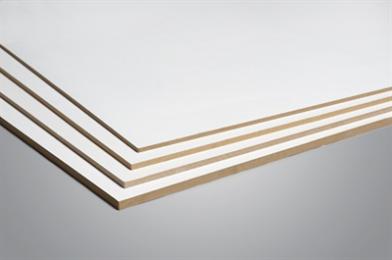 Kenmerken De MDF plaat is homogeen en bestaat uit houtvezels die onder hoge druk en temperatuur met behulp van kunstharsen aan elkaar zijn gelijmd Toepassingen: MDF prime wordt in het interieur gebruikt voor al het meubilair, wanden en betimmeringen Productbeschrijving MDF tweezijdig voorzien van een witte en effen UV-Primer laag, zeer geschikt als schilderklare basisplaat welke direct met lakverf (op water- of solventbasis) afgelakt kan worden. Verwerkingsadvies MDF is met de gangbare houtbewerkingsmachines uitstekend te bewerken, de platen worden genageld, geschroefd of gelijmd op de onderconstructie