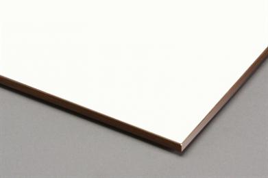 Massief NT is kunststof gevelbekleding van hoge kwaliteit en standaard uitgevoerd volgens brandclassificatie Euroklasse B. De gevelbekleding heeft een acrylaat toplaag en is voorzien van een dubbelzijdig decor. Met Massief NT heeft u een ruime keuze in kleuren van warme houtdessins, behoudende decoren of juist trendy dessins. SAMENSTELLING De kunststof gevelbekleding bestaat voor ongeveer 65% van het gewicht uit natuurlijke vezelstroken en wordt voornamelijk uit hout gemaakt. Massief NT zijn duraplaste hoge druk laminaten (HPL) volgens EN 438-6, type EDF, en bieden een uiterst effectieve bescherming tegen diverse weersomstandigheden. Deze bescherming is te danken aan dubbel geharde acrylpolyurethaan-harsen. De productie daarvan vindt plaats bij hoge druk en temperatuur in laminaatpersen. Massief NT biedt 10 jaar garantie MONTAGE * Ventilatie Het is van groot belang om achter de gevelplaten een doorgaande ventilatie te creëren met een minimale diepte van 20 mm. De hoogte van de gevel bepaalt de grootte van de ventilatie-opening: 0 - 5 m hoog - ventilatie 20 cm2 per m1 5 - 10 m hoog - ventilatie 50 cm2 per m1 10 - 20 m hoog - ventilatie 70 cm2 per m1 * Schroeven Zichtbare mechanische Montage van Massief NT met behulp van torxschroeven op een houten achterconstructie. Alleen bevestigingsmiddelen uit roestvrij materiaal mogen gebruikt worden. Gebruik voor de bevestiging Massief NT torxschroeven in een RVS A4 kwaliteit. Lengte 38 of 25 mm. De kop van de schroeven is in de kleur van de decoren van Massief NT. Bij niet uni-decoren is gekozen voor een hoofdtoon welke de kleur het best benaderd. Boordiameter in Massief NT: Dilatatiepunt: 8 mm Fixatiepunt : 6 mm * Lijmen Bevestiging van Massief NT met behulp van Plastiflex-NT® lijmsysteem op een achterconstructie van hout. Speciaal voor het lijmen van Massief NT beplating heeft Plastica het Plastiflex®-NT lijmbevestigingssysteem. Het lijmen van Massief NT is eenvoudig, maar moet wel zorgvuldig gebeuren. Het resultaat is een o