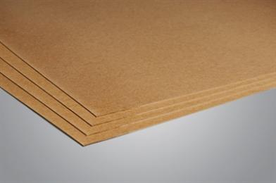 Net als zachtboard wordt hardboard vervaardigd uit houtvezels. Bij hardboard wordt echter de natte vezelmassa onder hoge temperatuur en zeer hoge druk geperst om het vocht eruit te halen. Dit gebeurt op een fijn kopergaasnet waarvan de afdruk altijd te zien blijft aan de achterkant. Soms wordt, om een steviger hardboard te krijgen, kunstharslijm toegevoegd. De afdruk van het kopergasnet is een duidelijk herkenningspunt. Hardboard is sterker dan zachtboard.