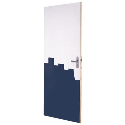 Het is een dichte deur, model 900. De binnendeur heeft een tubespaan vulling, is wit gegrond en heeft een slotgat boring Nemef 1200. Het randhout is van vuren hout.