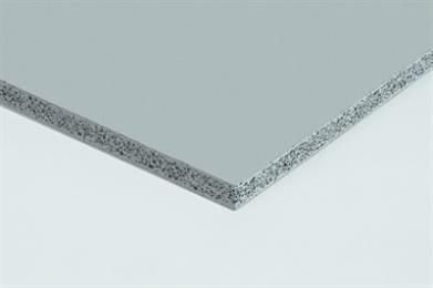 De fermacell® Powerpanel H2O is uitermate geschikt voor toepassing in ruimtes met hoge vocht- of waterbelasting. Deze cementgebonden wandplaat is honderd procent waterbestendig en voorkomt schimmelvorming. Zwembaden, ziekenhuizen, doucheruimtes, sauna's, wasstraten, bedrijfskeukens en industriële ruimtes zijn hierdoor in het bijzonder geschikt voor toepassing ervan. De Powerpanel H2O is gemaakt van cementgebonden lichtbeton, afgewerkt met alkali(chloor)-bestendige glasvezelwapening. Dit zorgt voor een hoge druk- en buigsterkte. Daarnaast is de plaat zeer glad, stabiel, stoot- en krasvast. Dankzij de sandwichstructuur is de plaat licht: slechts 12,5 kilo per vierkante meter. De Powerpanel H2O laat zicht eenvoudig op maat snijden met een gewone hardmetalen zaagblad. Een diamantzaag is dus niet nodig. Het resultaat na montage: een gladde, waterbestendige wand, klaar voor afwerking. Met de Powerpanel H2O-platen kunnen zowel scheidings- als voorzetwanden en plafonds worden gemaakt. De fermacell® Powerpanel H2O is ook ideaal geschikt als drager voor steenstrips in buitentoepassingen. De fermacell® Powerpanel H2O is een cementgebonden afbouwplaat van lichtbeton met sandwichstructuur; aan weerszijden voorzien van een deklaagwapening van alkalibestendig glasvezelweefsel. De plaat biedt veel voordelen bij wanden plafondconstructies die veel en vaak aan vocht zijn blootgesteld. Voor het duurzaam afbouwen van natte ruimtes is de waterbestendige fermacell® Powerpanel H2O een uitstekend idee. Drempelvrijheid in badkamers creëert u eenvoudig met het fermacell® Powerpanel Inloopdoucheelement of met het nieuwe douchegoot element 2.0 inclusief douchegoot. Deze zijn uitstekend te verbinden met het fermacell® Powerpanel Vloerelement TE – een perfect passende totaaloplossing voor vloeren, die niets te wensen overlaat. Toepassingsgebieden binnen Binnentoepassingen voor wand en plafond die veel aan vocht zijn blootgesteld, zoals: Vochtige ruimtes in huiselijke omgeving (badkamers, douches