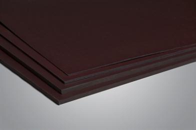 Dit betontriplex is uit berken fineren opgebouwd en aan beide zijden voorzien van een donkerbruine gladde fenolcoating van 120 gr/m2. De randen zijn door middel van een waterafstotende verf afgewerkt om vochtopname te beperken. Berken betontriplex is een functioneel triplex, geschikt voor vooral betonbekistingen, waar aan de repetitiefactor en sterkte-eigenschappen minder hoge eisen worden gesteld. Daardoor is deze betontriplex gunstig geprijsd.