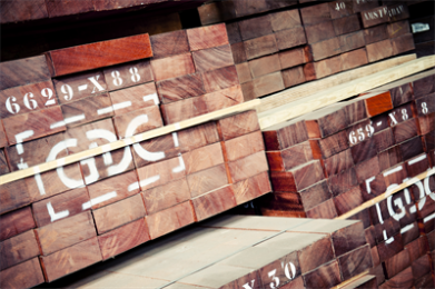 """SAPELI Sapeli wordt zowel massief als in de vorm van fineer en triplex toegepast voor meubelen, binnenbetimmeringen, piano- en orgelbouw en andere muziekinstrumenten, betimmeringen voor jachten, kozijnen, traptreden en trapbomen (bij voorkeur kwartiers gezaagd) en ook voor parketvloeren. Sapeli-fineer wordt in grote hoeveelheden gebruikt voor de bekleding van binnendeuren. Vooral zeer regelmatig gegroeide stammen zijn hiervoor gezocht en als het fineer hiervan kwartiers wordt gesneden, ontstaat een fraaie """"pencil stripe"""" tekening. Deze tekening, zeer gelijkmatige banen ter breedte van een potlood, wordt veroorzaakt door de kruisdraad."""