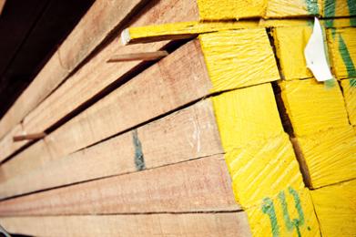 Loofhout uit Zuidoost-Azië; voornamelijk Maleisië, Indonesië. Spijkeren, schroeven en verlijmen gaat goed. Toepassingen: Binnen- en buitentimmerwerk, kozijnen, ramen, deuren, betimmeringen, plinten, trappenhuizen, traptreden, enz. Het fineer wordt op grote schaal gebruikt voor de fabricage van triplex. Rode meranti is zowel met handgereedschap als met machines goed te bewerken. Er bestaat wel enige variatie tussen de soorten, maar de zwaarte van bewerken hangt voornamelijk af van de volumineuze massa. Bij het schaven van kruisdradig hout moet de snijhoek 20° bedragen om opstaande vezels te voorkomen.