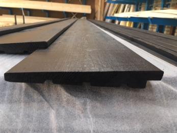 DumoWood ondergaat een verhitting en afkoelingsproces, waardoor de cel structuur van het hout verandert. Door dit proces wordt de duurzaamheid verhoogd naar klasse I/II. Er ontstaat een mooie diep bruine kleur en de isolatiekenmerken worden verbeterd. De kleur vergrijst natuurlijk naar mate het blootgesteld wordt aan UV straling. Hierdoor wordt DumoWood ideaal voorgevelbekleding. Standaard hebben wij gekozen voor DumoWood met een dekkende verflaag (RAL9005). De structuur van het hout is geborsteld, zodat het een robuuste en natuurlijke uitstraling krijgt. Er wordt 15 jaar garantie gegeven. * Dekkend verfsysteem met 15 jaar garantie (zowel op product als op arbeid) * 120Mu droog gespoten (1x rondom, en 2x extra de voorzijde) * Onbehandeld * Afgewerkt met een semi transparantie verfsysteem (2x rondom) * Oppervlakte standaard geborsteld, met mogelijkheden voor een fijnbezaagd oppervlak * Verduurzaamd door middel van thermische modificatie * Duurzaamheidsklasse I/ II * PEFC gecertificeerd * CE markering * Draagt bij aan CO2 neutraal bouwen * Euroklasse D, met optioneel Euroklasse B, d1, s0 (met certificaat) Lengtes mogelijk vanaf 300cm tot en met 540cm (oplopend 30cm) Noord Europees naaldhout S/F klasse I t/m V Geen losse noesten Montage van zweeds rabat altijd met een bolkopsprijker of schroef op het hout. Geen nieten gebruiken! Zie de verwerkingsvoorschriften. VERWERKING DUMOWOOD Opslag: voor het installeren van DumoWood dient deze droog te worden opgeslagen Onderconstructie: in de regel vindt de bevestiging van dit type gevelbekleding plaats op een houten onderconstructie Ventilatie: een niet-onderbroken ventilatieruimte van minimaal 20 mm dient achter de gevelbekleding te zitten, ook aan de boven- en onderzijde behoren hier ontluchtingsopeningen te zitten Bevestiging van de planken: gebruik voor maximale bevestiging geringde RVS nagels van 2,7 x 50 mm of RVS schroeven van 3,5 x 55mm, waarbij de nagels +/-30 mm in het massieve hout moet doordringen Zaagsnede en verfs
